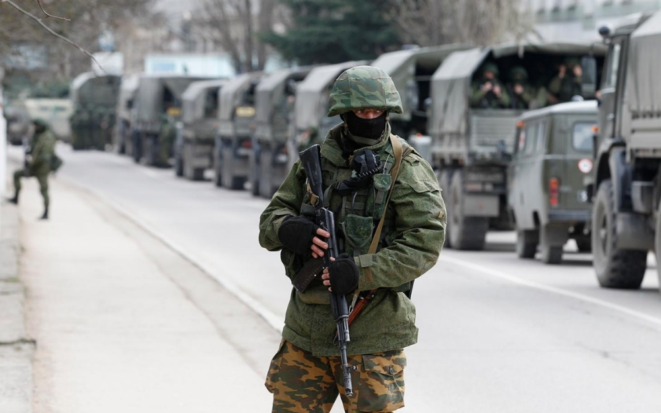 Armed-servicemen-wait-in-Russian-army-vehicles-outside-a-Ukranian-border-guard-post-in-the-Crimean-town-of-Balaclava