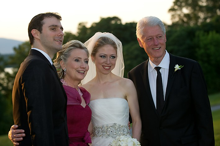 Former US president Bill Clinton (R) and