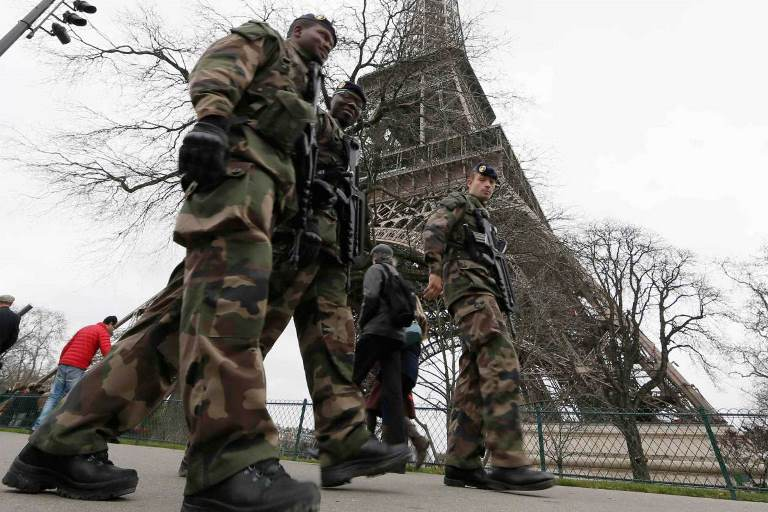 "French soldiers patrol near the Eiffel Tower in Paris as part of the ""Vigipirate"" security plan December 23, 2014. French security forces stepped up protection of public places on Tuesday after three acts of violence in three days left some 30 wounded and reignited fears about France's vulnerability to attacks by Islamic radicals.  REUTERS/Gonzalo Fuentes (FRANCE - Tags: TRAVEL MILITARY POLITICS)"