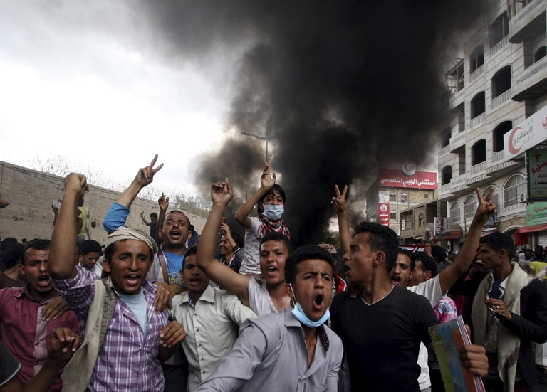 Anti-Houthi protesters demonstrate in Yemen's southwestern city of Taiz March 23, 2015. Soldiers loyal to Yemeni president Abd-Rabbu Mansour Hadi fought off dozens of Shi'ite Houthi militiamen heading for the Sunni leader's seat of power in the southern city of Aden, militia sources and a local official told Reuters. Iran-backed Houthis, who took over the southern city of Taiz on Sunday, agreed to share power with Hadi after they seized the capital in September. That split the army, parliament was dissolved in February and violence is intensifying as the northern-based Houthis head south. REUTERS/Anees Mahyoub - RTR4UH32