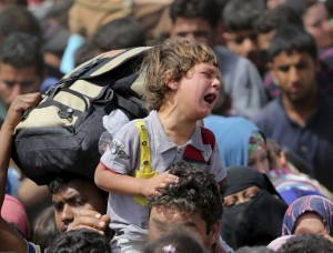 A child cries as displaced Sunni people fleeing the violence in the city of Ramadi, arrive at the outskirts of Baghdad