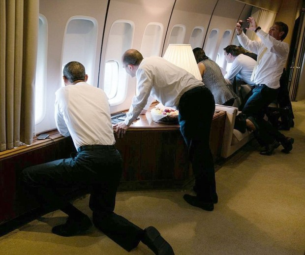 326EC03200000578-3503256-White_House_staffers_angle_to_get_the_best_view_of_Cuba_as_Air_F-a-95_1458589091018