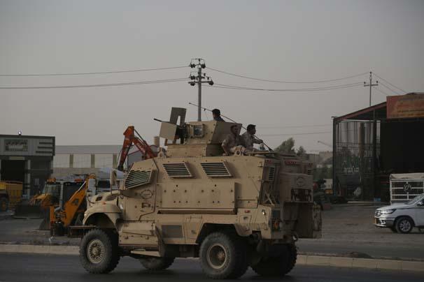 Irak Kürt Bölgesel Yönetimi (IKBY) Peşmerge Bakanlığı'na ait Zırhlı araçlar, Musul'un doğu bölgesine sevk edildi. Askeri konvoy, Erbil'in Kabat İlçesinden geçti. ( Yunus Keleş - Anadolu Ajansı )