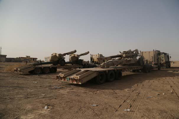 """Irak merkezi hükümetine bağlı """"Anti-Terör Timleri"""" zırhlı personel taşıyıcı araçlar ile çeşitli ağır silahlar eşliğinde, Musul'un güneydoğusunda yer alan Hazır bölgesinde belirlenen noktalara konuşlandırıldı. ( Yunus Keleş - Anadolu Ajansı )"""